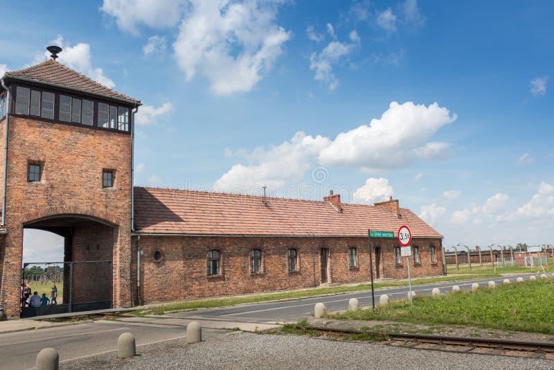 AUSCHWITZ POLSKA, LIPIEC, - 2017 Auschwitz Birkenau koncentracyjny obóz obozowy wejście obraz stock