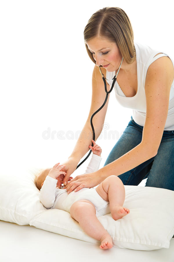 ausculating spädbarn arkivfoton