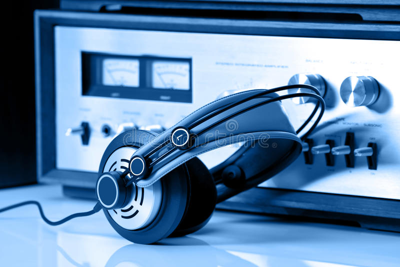 Download Auscultadores Conectados Ao Estéreo Audio Do Vintage Foto de Stock - Imagem de potência, retro: 26524800