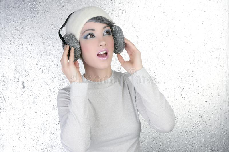 Auscultadores futuristas da música da audição da mulher da forma foto de stock