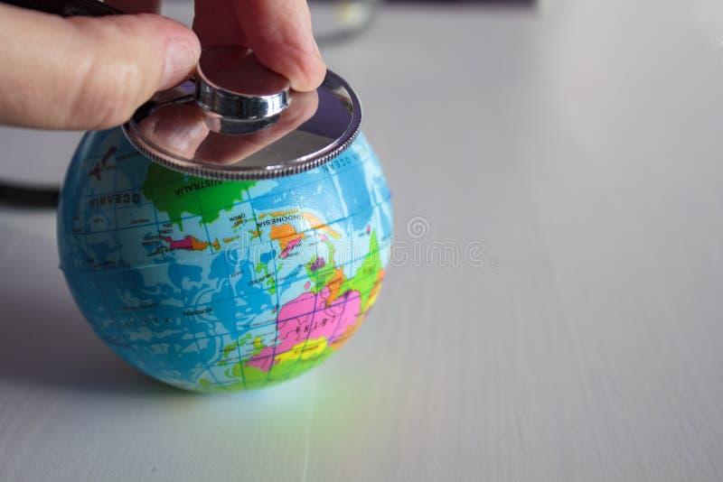 Auscultate la santé de la terre de planète avec un stéthoscope photo libre de droits