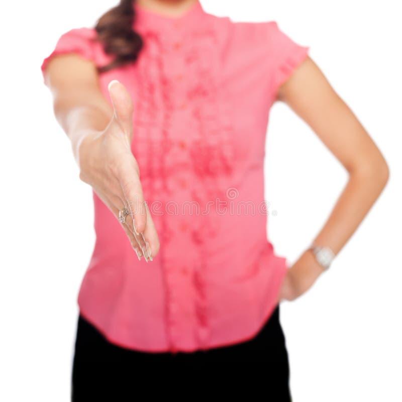 Ausdehnende Hand der Geschäftsfrau zur Erschütterung lizenzfreie stockfotos