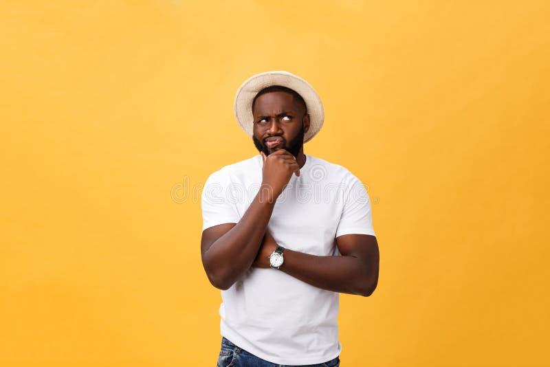 Ausdrücke, Gefühle und Gefühle des menschlichen Gesichtes Hübscher junger Afroamerikanermann, der oben mit durchdachtem schaut un lizenzfreie stockbilder