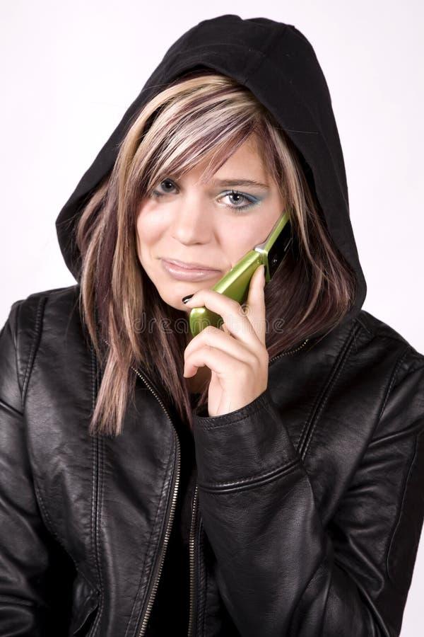 Ausdruckmädchen traurig am Telefon stockfotografie