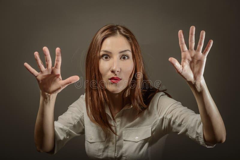 Ausdrucksvolle Frau, die zehn Finger zeigt stockfotos