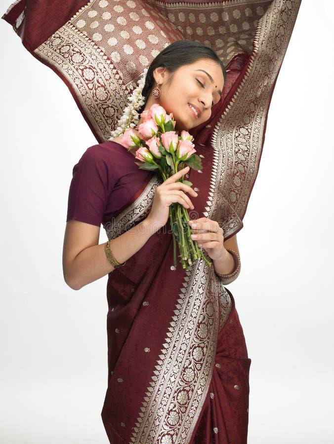 Ausdrucksvolle indische Frau mit rosafarbenen Rosen stockfoto