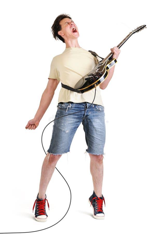 Ausdrucksvoller Gitarrist, der seine elektrische Gitarre spielt stockfoto