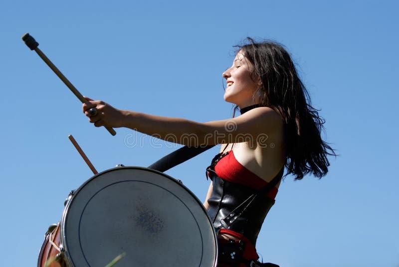 Ausdrucksvolles Mädchen, welches die Trommeln spielt stockbilder