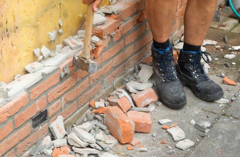 Auseinanderfallen eine Backsteinmauer stockbild