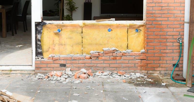 Auseinanderfallen eine Backsteinmauer stockfotografie