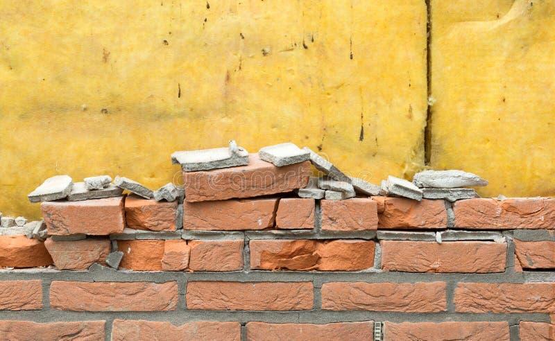 Auseinanderfallen eine Backsteinmauer stockfoto