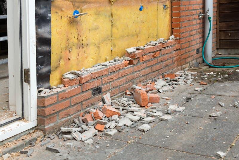 Auseinanderfallen eine Backsteinmauer lizenzfreie stockfotos