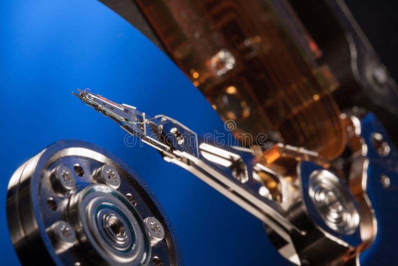 Auseinandergebautes Festplattenlaufwerk vom Computer, hdd mit Spiegeleffekt lizenzfreies stockbild