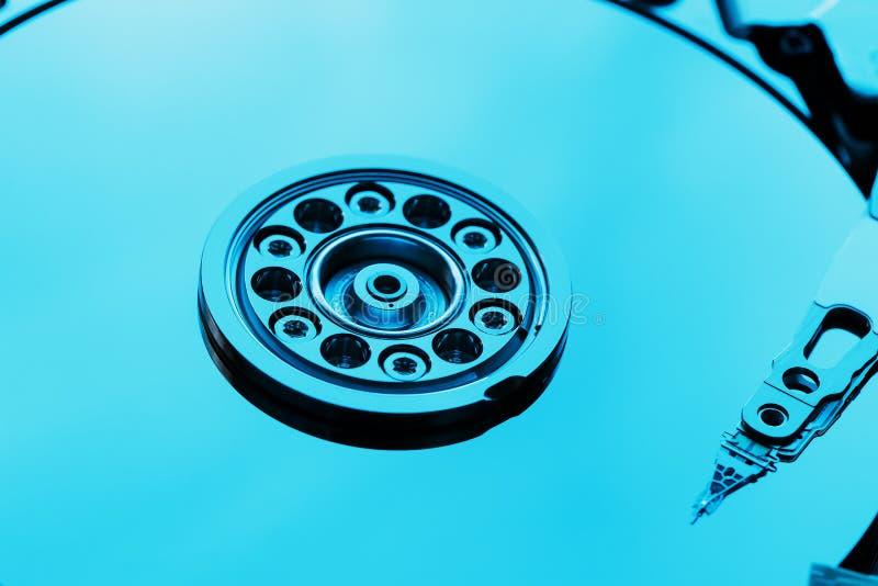 Auseinandergebautes Festplattenlaufwerk vom Computer, hdd mit Spiegeleffekt Geöffnetes Festplattenlaufwerk vom Computer hdd mit S lizenzfreie stockfotos