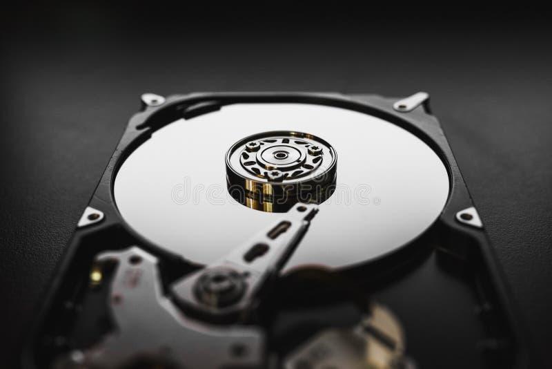 Auseinandergebautes Festplattenlaufwerk vom Computer (hdd) mit Spiegeleffekten Teil des Computers (PC, Laptop) lizenzfreie stockfotos