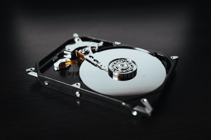 Auseinandergebautes Festplattenlaufwerk vom Computer (hdd) mit Spiegeleffekten Teil des Computers (PC, Laptop) lizenzfreie stockfotografie