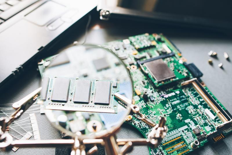 Auseinandergebautes Motherboard der Computeranalyse stockfoto