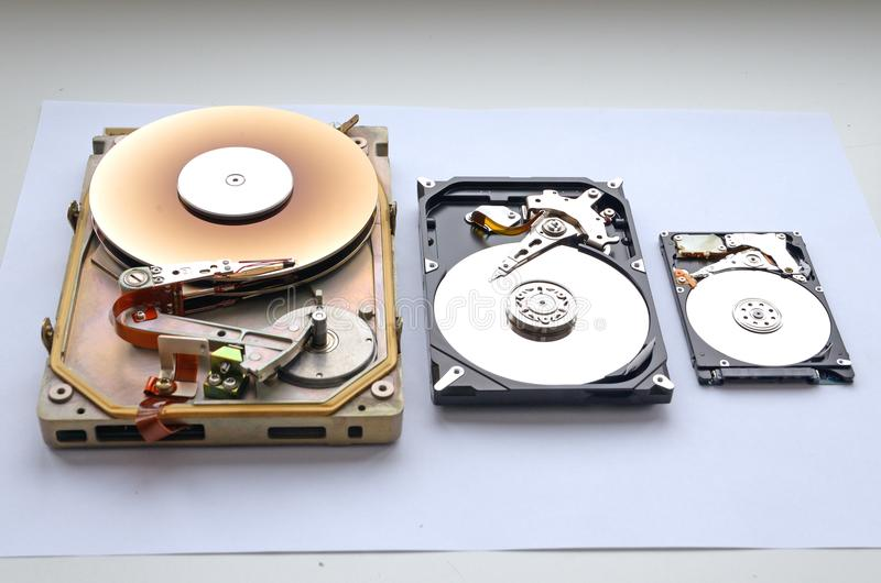 Auseinandergebautes seltenes Festplattenlaufwerk Formfaktor der Schnittstelle MFM/ST 412 von 5 25 und sata 3 5 und 2 Formfaktor m lizenzfreie stockbilder