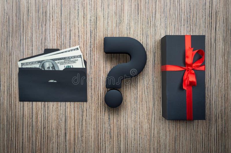 Auserlesenes Geschenk oder Geld des Konzeptes Umschlag mit Dollar und Kasten auf Holztisch lizenzfreie stockfotografie