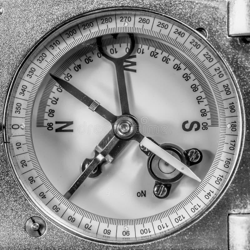 Ausführliche Ansicht der Anzeigendiskette eines alten mechanischen Kompassses für Geologen, analog und manuell, für notierende Sc lizenzfreie stockfotografie