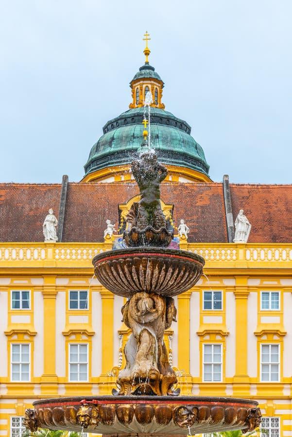Ausführliche Ansicht des Brunnens auf dem Hof des Prälats, Melk-Abtei, Melk, Österreich lizenzfreies stockfoto