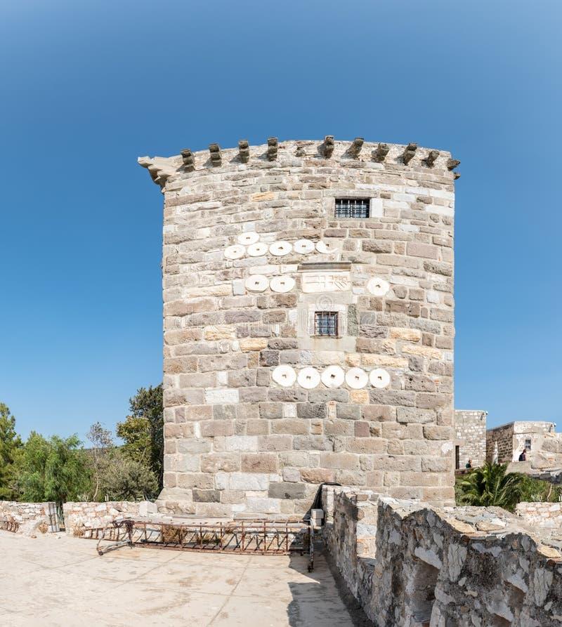 Ausführliche Ansicht des Steinturms im Schloss von St Peter oder von Bodrum-Schloss, die Türkei stockfotografie