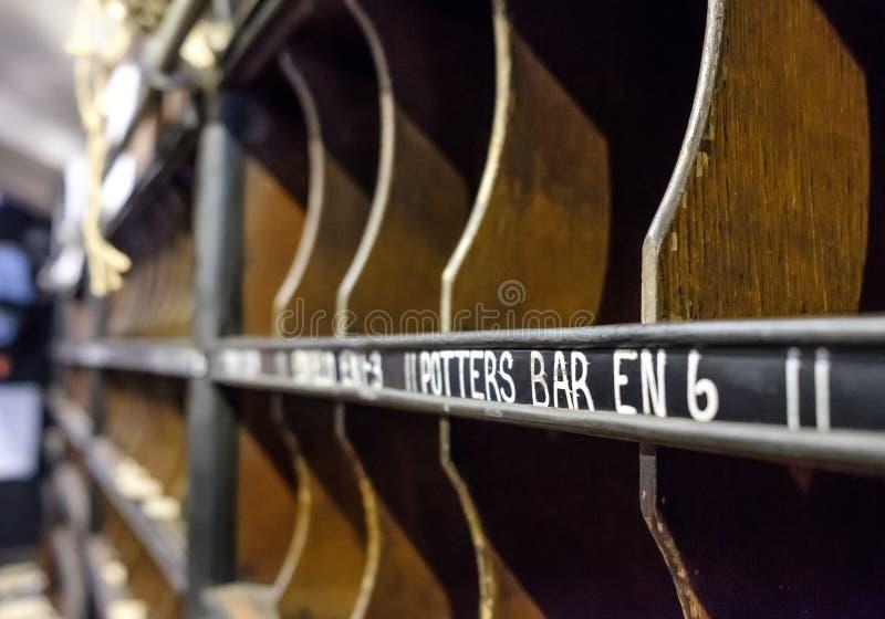 Ausführliche Ansicht O ein Sortierungsbüro des beweglichen Buchstaben gesehen innerhalb eines Bahnautos lizenzfreie stockfotos