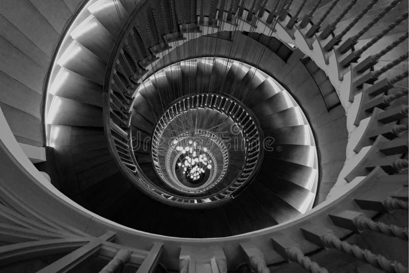 Ausführliche Ansicht von Cecil Brewer Spiral Staircase mit Bocci beleuchtet an Heal ` s Möbelgeschäft, Tottenham-Gerichts-Straße, stockfotografie