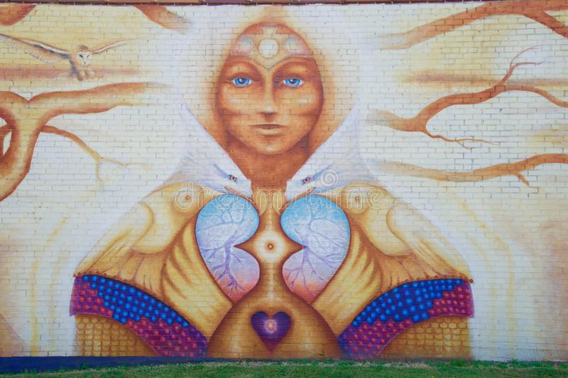 Ausführliche Ansicht von Dame im einzigartigen und mysteriösen Wandgemälde in Memphis, Tennessee lizenzfreie stockbilder