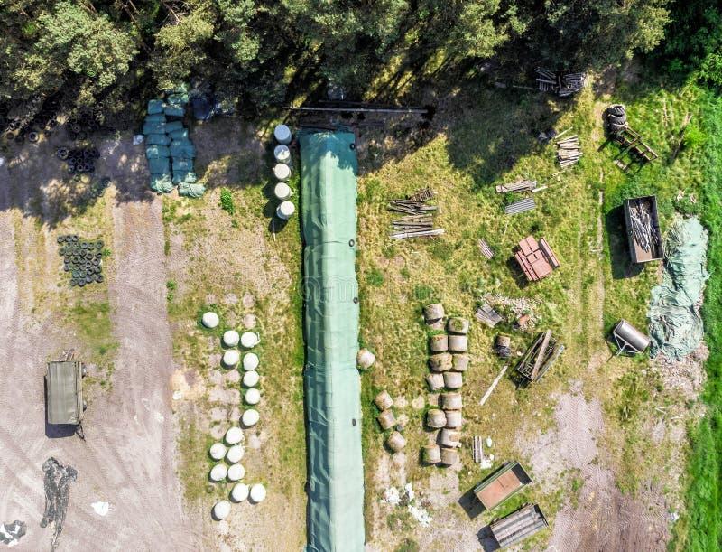 Ausführliche Ansicht von der Luft eines Speicherplatzes für einen Bauernhof, mit Silage, Heu und Stroh, Vogelperspektive stockfotos