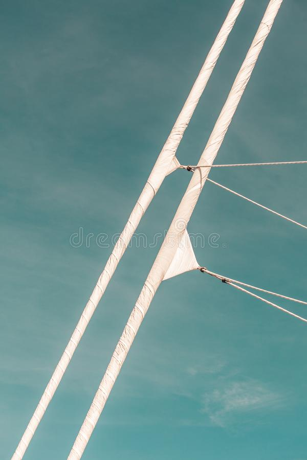Ausführliche Nahaufnahme der Masttakelungsspitze auf Segelboot lizenzfreie stockfotos