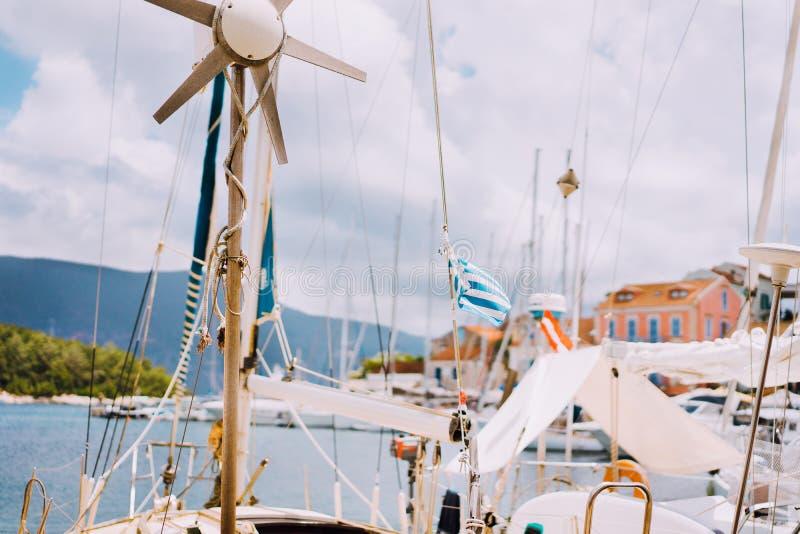Ausführliche Teile des Segelboots Schließen Sie oben von den Masten der Yacht über blauem Meer Segelsportkonzept Weicher Fokus stockfotos