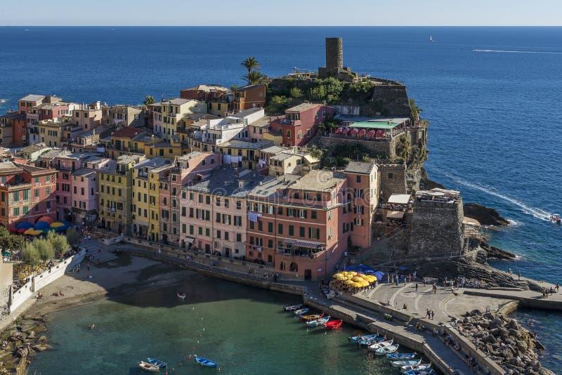 Ausführliche Vogelperspektive der bunten historischen Mitte von Vernazza, Cinque Terre, Ligurien, Italien lizenzfreies stockbild