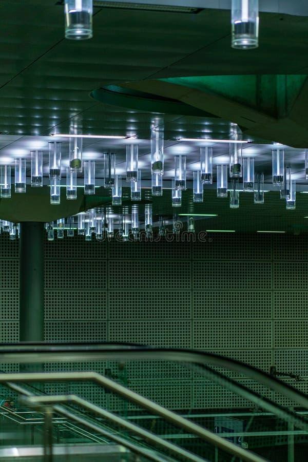 Ausführlicher Blick auf die Deckenbeleuchtung am hauptsächlichbahnhof Hauptbahnhof Berlins stockfotos