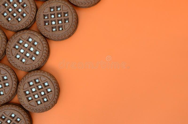 Ausführliches Bild von dunkelbraunen runden Sandwichplätzchen mit cocon stockbild