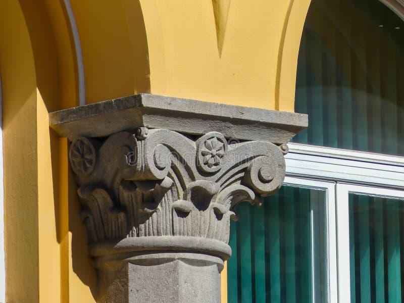 Ausführliches Dekorationsbild auf historischem Gebäude stockfoto
