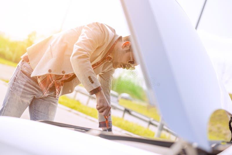 Ausführung eines Ölwechsels auf einem Auto stockbild