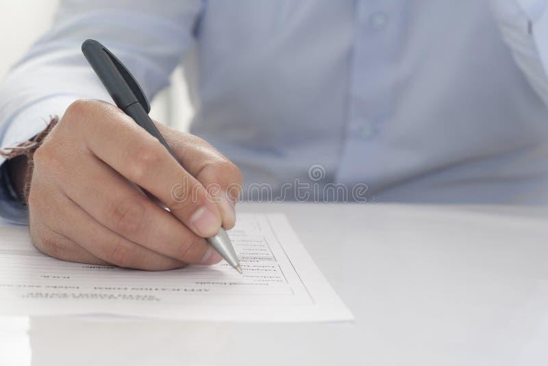Ausfüllen des Formulars stockbild