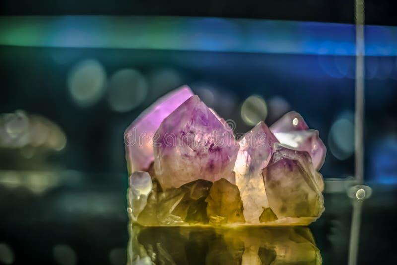 Ausf?hrliche Ansicht eines Mineralsteins auf unscharfem Hintergrund lizenzfreies stockbild