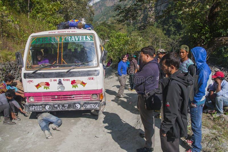 Ausfall des Busses auf einer holperigen Straße Nepalese stockbilder
