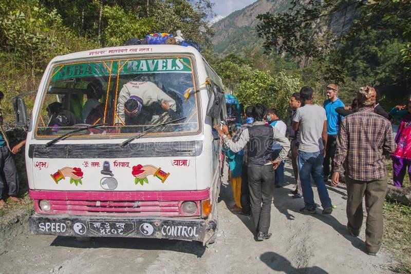 Ausfall des Busses auf einer holperigen Straße Nepalese lizenzfreie stockfotografie