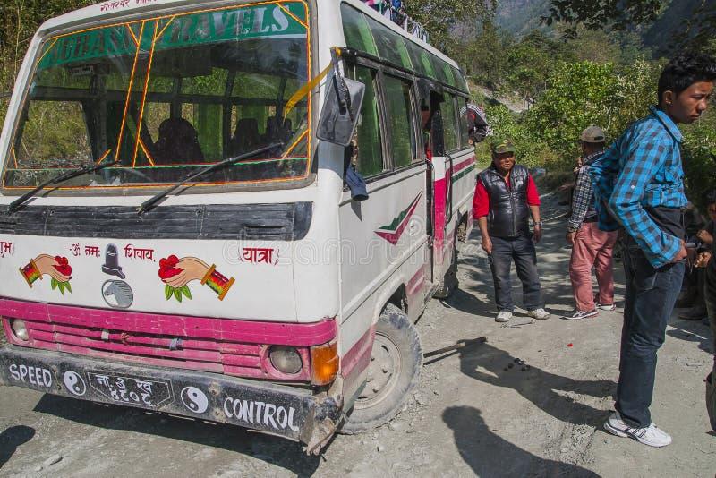 Ausfall des Busses auf einer holperigen Straße Nepalese lizenzfreies stockbild
