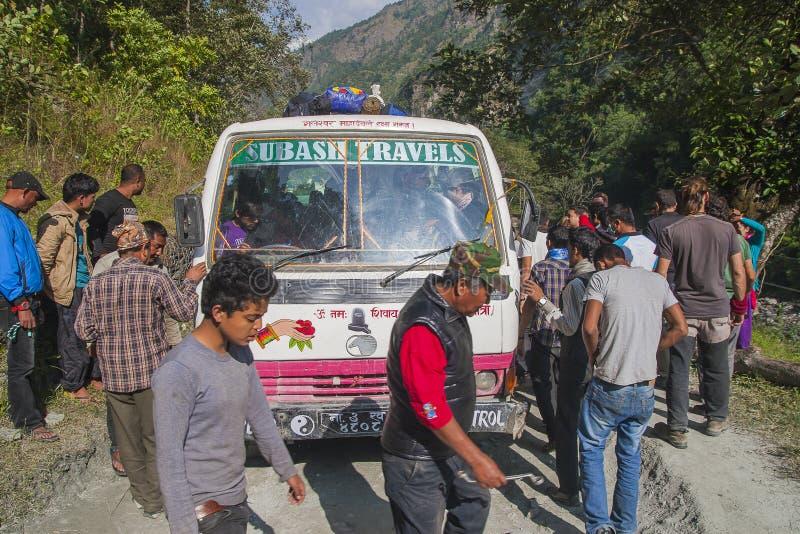 Ausfall des Busses auf einer holperigen Straße Nepalese stockfotos