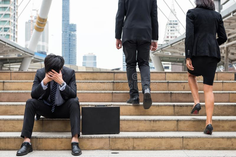 Ausfallen Geschäftsmann traurig in der Stadt lizenzfreie stockbilder