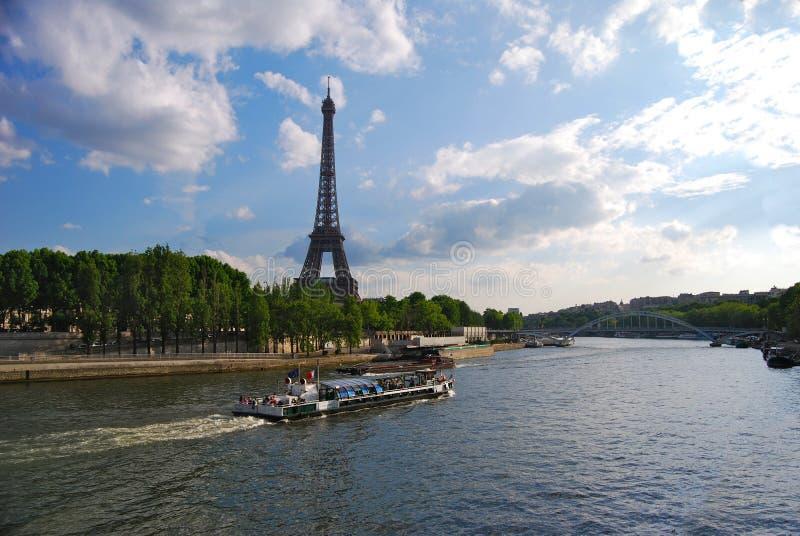 Ausflug-Boot auf die Seine-Durchläufen durch Eiffelturm stockbild
