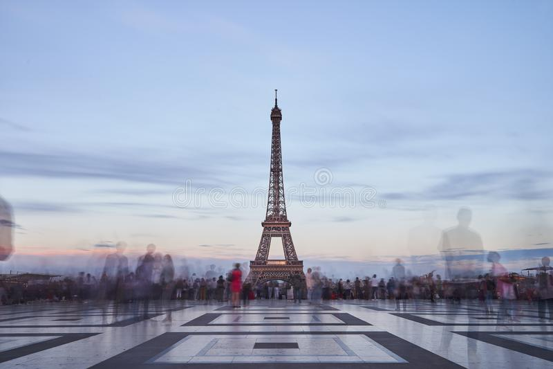 Ausflug de Eiffel am Abend lizenzfreie stockfotos