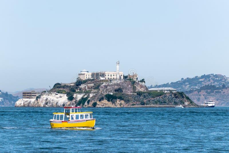 Ausflugbootsfähren, welche die berühmte Gefängnis-Insel von Alcatraz umgeben lizenzfreies stockfoto