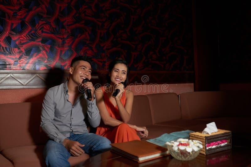 Ausgaben-Abend im Karaoke-Nachtclub lizenzfreie stockbilder