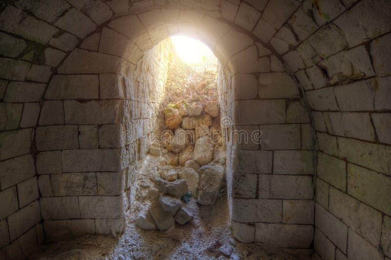 Ausgang aus dem alten unterirdischen Keller lizenzfreie stockfotografie