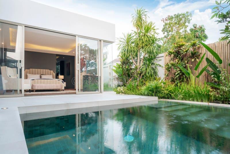 Ausgangs-oder Wohnungsbau?u?eres und Innenarchitektur, die tropisches Poollandhaus mit gr?nem Garten und Schlafzimmer zeigen stock abbildung